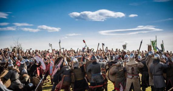 Wyjątkowo hucznie obchodzone jest tegoroczne Święto Rękawki na Kopcu Krakusa. Każdy, kto odwiedzi dziś kopiec, będzie mógł przenieść się w czasie do wieków średnich. Odbywają się tam bowiem rekonstrukcje historyczne z udziałem 300 wojów i białek. Widzowie mogą liczyć na starcie dwóch wielkich armii, odwiedzić osadę słowiańską i jarmark historyczny oraz poznać tajniki wczesnośredniowiecznej medycyny i nauk magicznych.