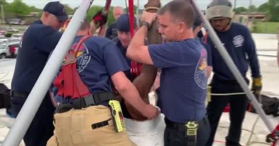 Strażacy uratowali włamywacza, który utknął na dziewięć godzin w kanale wentylacyjnym jednego z budynków w Tulsie w Oklahomie. Mężczyzna w nocy przeciął przewody zasilające klimatyzację i próbował dostać się do budynku przez kanał wentylacyjny, który okazał się dla niego zbyt wąski. Strażaków powiadomił właściciel, który rano usłyszał jęki dochodzące z wentylacji. W akcji wykorzystano wyciąg, którym udało się wydobyć mężczyznę. Strażacy z Tulsy pochwalili się udaną akcją publikując nagranie na Facebooku.