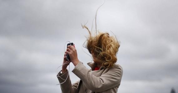 Nawet do 130 km na godzinę możne w najbliższych dniach osiągnąć halny w Tatrach. Dziś prędkości wiatru dochodzi do 85 km na godzinę. Ratownicy ostrzegają - przy takiej sile porywów poruszanie się w obrębie grani jest właściwie niemożliwe. Silny wiatr możne nawet zrzucić turystę w przepaść.