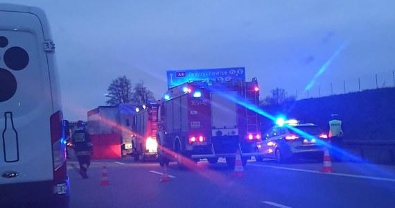 Tragiczny poranek na dolnośląskim odcinku autostrady A4. Doszło do czterech poważnych wypadków. Zginęły w sumie dwie osoby.