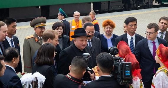 Przywódca Korei Północnej Kim Dzong Un przybył do Władywostoku, gdzie w czwartek spotka się z prezydentem Rosji Władimirem Putinem. Kima, który przyjechał pancernym zielonym pociągiem, przywitano na stacji kolejowej chlebem i solą.