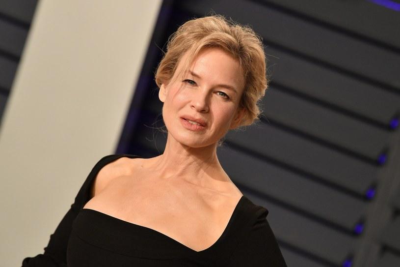"""Nad jej karierą ciąży piętno postaci Bridget Jones, jednak świętująca 25 kwietnia 50. urodziny Renée Zellweger udowodniła, że rola w ekranizacjach powieści Helen Fielding to tylko jedno z wielu jej znakomitych aktorskich wcieleń. Tym, o czym najczęściej mówi się obecnie w kontekście laureatki Oscara za rolę w filmie """"Wzgórze nadziei"""", nie jest jednak jej niezaprzeczalny talent, ale """"nowa"""" twarz, którą jakiś czas temu zaprezentowała światu."""