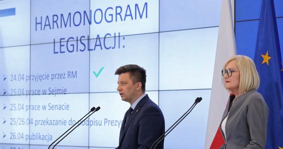 """Do Sejmu wpłynął rządowy projekt nowelizacji prawa oświatowego, który zakłada, że dyrektorzy będą mieli prawo dopuszczenia uczniów do matury. Założenia """"ustawy maturalnej"""" przedstawił premier Mateusz Morawiecki."""