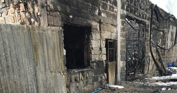 Dziewiętnaście zastępów straży od kilku godzin walczy z pożarem pomieszczeń gospodarskich w Starej Pecynie koło Wyszkowa na Mazowszu. Pracy nie ułatwia im silny wiatr. W pomieszczeniach objętych pożarem mogły znajdować się zwierzęta hodowlane.