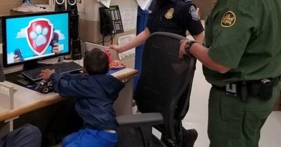 3-letni chłopiec został odnaleziony przez straż graniczną USA w polu kukurydzy w Teksasie niedaleko granicy z Meksykiem. Zapłakane dziecko było samo. Prawdopodobnie zgubiło się rodzicom, którzy nielegalnie przekroczyli granicę meksykańsko-amerykańską. Brane jest pod uwagę, że mogło zostać porzucone.