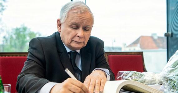 """Prezes PiS Jarosław Kaczyński przygotowuje propozycję dla nauczycieli - pisze """"Dziennik Gazeta Prawna"""". Jak donosi gazeta, zakłada ona powrót do wcześniejszej emerytury i dobrowolny wybór czasu pracy. Takie propozycje mają doprowadzić do """"bezbolesnego"""" zwiększenia pensum - informuje gazeta."""