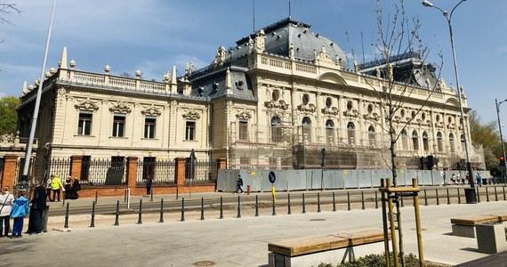Pałac Izraela Poznańskiego, nazywany Łódzkim Luwrem, był otoczony fosą, a jego ogrodzenie przebiegało w zupełnie innym miejscu. W czasie prac renowacyjnych budynku odkryto fragmenty zabytkowej, zdobionej elewacji, położone poniżej poziomu chodnika.