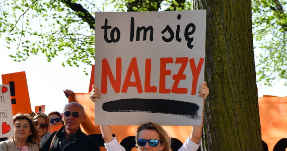 Po długim majowym weekendzie strajkujący nauczyciele, niezwiązkowcy będą mogli składać wnioski do ZNP o wypłatę zapomóg ze społecznego funduszu strajkowego. W czasie zbiórki, która rozpoczęła się w drugim tygodniu protestu, zebrano ponad siedem milionów czterysta tysięcy złotych. O podziale środków będzie decydował nie związek, a społeczny komitet, który nadzorował przebieg zbiórki.