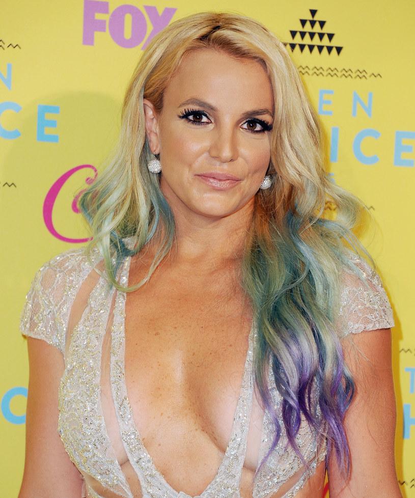 Ostatnie miesiące nie były najlepsze dla Britney Spears. Z początkiem roku odwołała ona swoją rezydenturę w Las Vegas i udała się na leczenie do szpitala psychiatrycznego. Choć jej stan się nieco poprawił i może teraz wyjść do domu, lekarze nadal mają problem w opracowaniu odpowiedniego leczenia dla wokalistki.