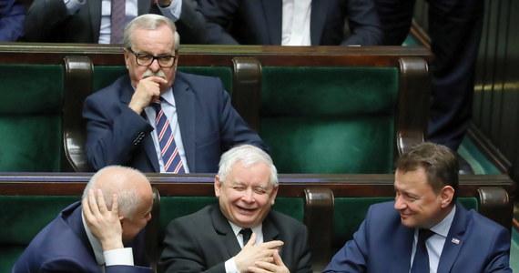 """""""Te zmiany, które (politycy PiS) chcą wprowadzić, naruszają w sposób fundamentalny tak polską konstytucję, jak prawo unijne. Konstytucję łatwiej łamie się pod osłoną nocy"""" - tak poseł Platformy Obywatelskiej Borys Budka komentuje w rozmowie Onetem przegłosowaną przez Sejm w środku nocy nowelizację ustawy o Krajowej Radzie Sądownictwa. Stworzone przez Prawo i Sprawiedliwość przepisy m.in. wykluczają możliwość wnoszenia odwołań od uchwał KRS dot. powołania sędziów Sądu Najwyższego. Zdaniem mec. Michała Wawrykiewicza, kandydata Koalicji Europejskiej do europarlamentu, """"zmiana, jaką (…) zaproponował PiS dowodzi jednego: oni piekielnie się boją niezależnego orzeczenia całkowicie bezstronnego unijnego Trybunału""""."""