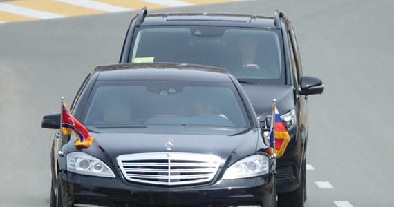 Niemiecki producent samochodów Daimler zapewnia, że nie wie, skąd północnokoreański przywódca Kim Dzong Un ma luksusowe, opancerzone limuzyny tej firmy, którymi porusza się przy ważnych okazjach. Daimler podkreśla, że nie robi z Pjongjangiem żadnych interesów.