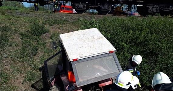W okolicach Racławic Śląskich traktorzysta wjechał pod pociąg towarowy. Kierowca ciągnika zmarł, mimo reanimacji. Do wypadku doszło w piątek rano na niestrzeżonym przejeździe kolejowym.