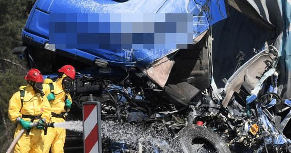 Poważny wypadek na drodze krajowej numer 5 na obwodnicy Szubina. Zderzyły się tam dwa samochody ciężarowe, na drogę wylała się toksyczna i żrąca substancja - TDI. Droga może być zablokowana do soboty.