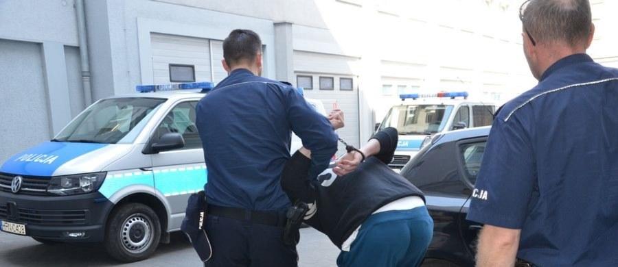 Policjanci z Gdańska zatrzymali 29-letniego mężczyznę, który będąc pod wpływem 1,5 promila, przewoził w aucie dwuletnią dziewczynkę. Mężczyzna w ciągu kilku minut spowodował dwie kolizje, następnie uciekł z miejsca tych zdarzeń, zabierając z auta dziecko.