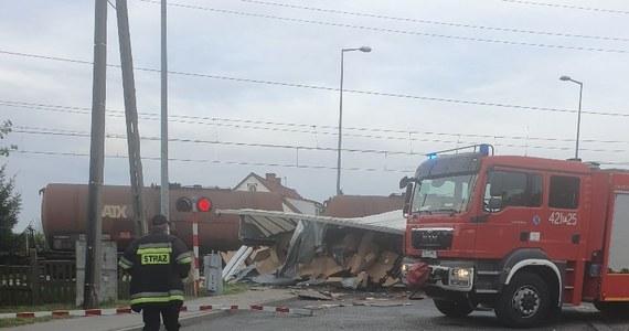 Wypadek na przejeździe kolejowym w Świebodzinie w Lubuskiem. Na ulicy Sobieskiego kierowca tira staranował szlaban i wjechał pod pociąg. Mężczyzna był nietrzeźwy.