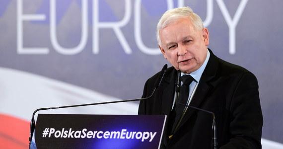 """""""Czy przynależność do Unii Europejskiej musi oznaczać, że na wszystko się zgadzamy? Otóż nie"""" - oświadczył Jarosław Kaczyński podczas konwencji regionalnej PiS w Poznaniu. Podkreślał, że Polska musi zabiegać w Unii o równość: zarówno w zakresie """"wielkiej polityki"""", jak i """"polskiej codzienności"""". """"Każdy z nas pewnie widział sklepy z niemieckimi proszkami do prania, prosto z Niemiec. Takie same proszki są sprzedawane w Polsce i to po takich samych cenach, tylko że są gorsze. Są po prostu gorsze, mają gorszy skład, gorzej piorą"""" - mówił Kaczyński i podkreślił, że """"to jest, szanowni państwo, nierówność - i to nierówność, na którą nie wolno się zgadzać""""."""