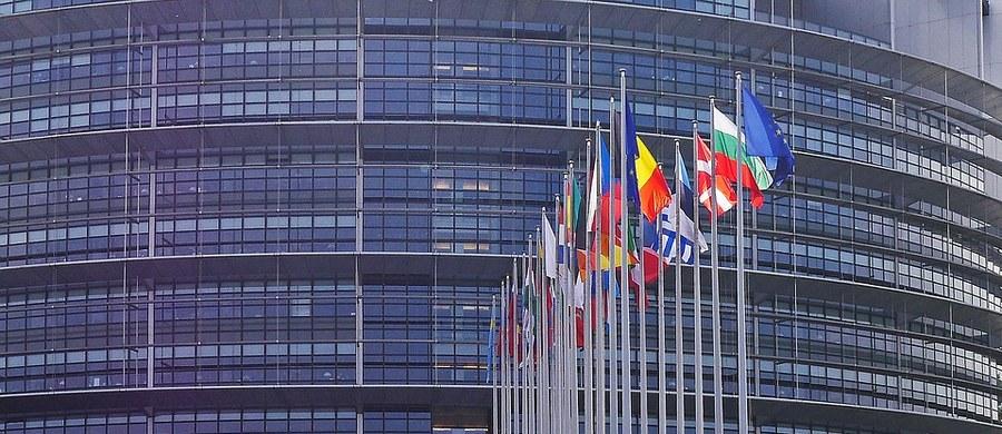 """49 proc. uprawnionych chce wziąć udział w wyborach do europarlamentu. Tak wynika z sondażu przeprowadzonego przez Ibris dla Dziennika Gazety Prawnej, Dziennik.pl i radia RMF FM. Na pytanie: """"Gdyby wybory do Parlamentu Europejskiego odbywały się w najbliższą niedzielę, to czy wziąłby/wzięłaby pan/pani w nich udział?"""" – """"zdecydowanie nie"""" odpowiedziało ponad 30 proc. Najwięcej – 38,7 proc. badanych chce swój głos oddać na PiS, a 33 proc. na Koalicję Europejską. Na trzecim miejscu plasuje się Wiosna Biedronia z wynikiem 8,2 proc."""
