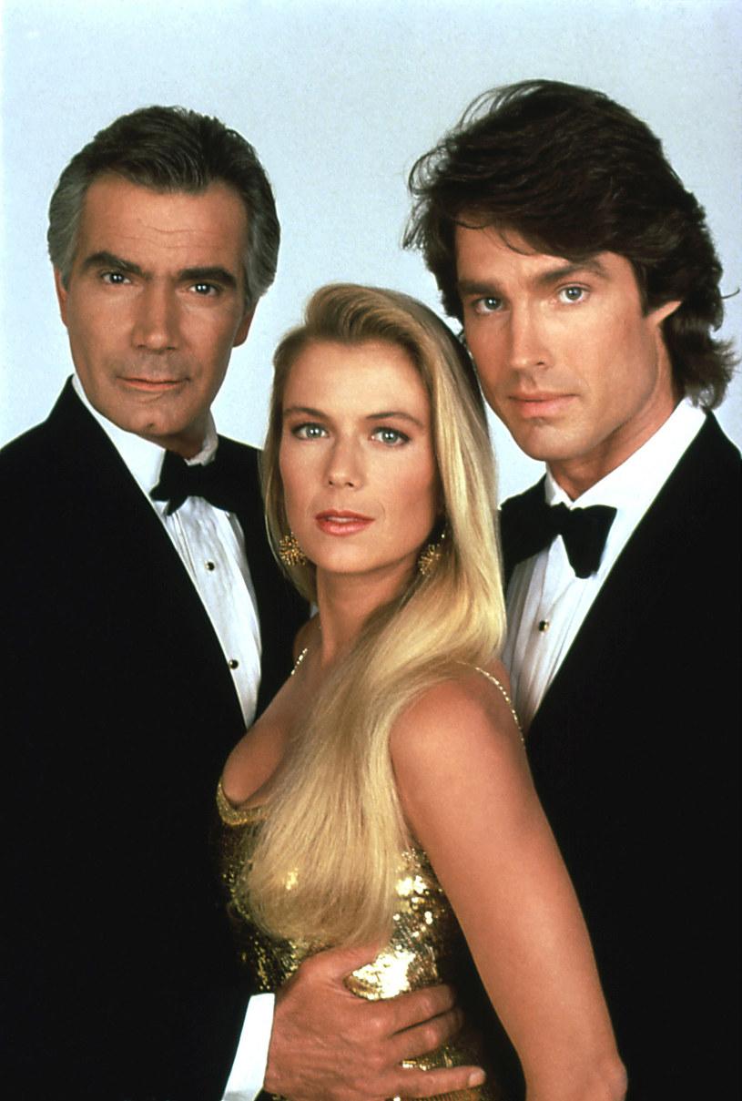 """""""Moda na aukces"""" była emitowana w TVP od 1994 roku. Opera mydlana cieszyła się przed laty tak wielką popularnością, że pomimo licznej krytyki zyskała miano kultowej. Jest też najdłużej emitowanym serialem TVP. Zobaczcie, jak dziś wyglądają główni bohaterowie - Brooke i Ridge Forresterowie."""