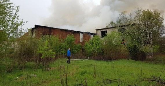 Pożar starej cegielni w Brzegu na Opolszczyźnie. Zapalił się dach budynku.