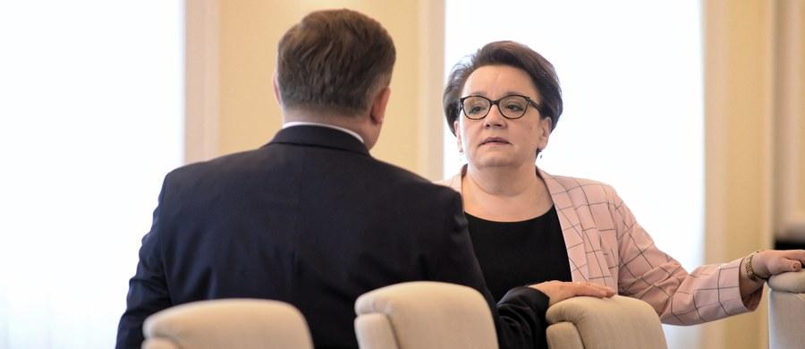 Minister edukacji Anna Zalewska odwołała konferencję zaplanowaną przed drugą odsłoną oświatowego okrągłego stołu. Jak ustalił reporter RMF FM, jej udział w pracach resortu jest coraz mniejszy. Urzędnicy i politycy, którzy znają kulisy funkcjonowania MEN twierdzą, że większość zadań wykonują jej zastępcy - Marzena Machałek i Maciej Kopeć.