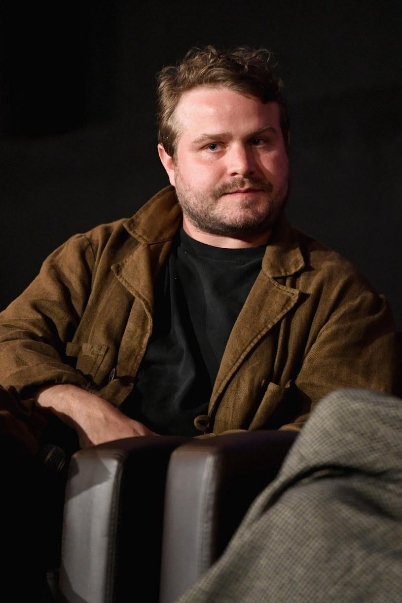 """Brady Corbet ma zaledwie 30 lat i dwa filmy na koncie, a już udowodnił, że jako reżysera interesuje go kino przez duże """"K"""": wielkie tematy, analiza mechanizmów rządzących współczesnością, wizualny rozmach. W """"Vox Lux"""" wszystko to znajduje odbicie w historii gwiazdy pop. Spektakularności tego """"portretu XXI wieku"""" dopełnia gwiazdorska obsada: Natalie Portman, Jude Law, Raffey Cassidy i Stacy Martin."""