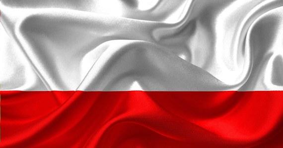 Polska flaga ma już około 200 lat. Same barwy biało-czerwone pojawiały się już w XVIII wieku w czasach Księstwa Warszawskiego. Dziś, po raz piętnasty obchodzimy Dzień Flagi. Sprawdź, skąd pochodzą polskie barwy narodowe.