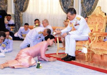 Królewski ślub w Tajlandii. Panna młoda klęczała przy butach władcy