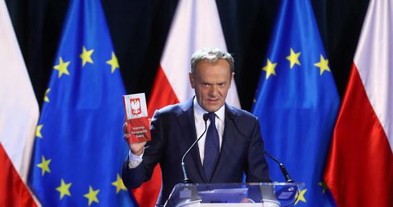 """Nie może być tak, że władza raz do roku obchodzi święto konstytucji, a na co dzień konstytucję obchodzi - mówił Donald Tusk, podczas swojego wykładu w Uniwersytecie Warszawskim. Deklaracja o potrzebie wpisania obecności w UE do polskiej konstytucji będzie tyle warta, ile będzie równa w determinacji w przestrzeganiu konstytucji - komentował. Wykład historyczny, ale nawiązujący do aktualnej sytuacji w Polsce - tak podsumować można prawie godzinne wystąpienie Donalda Tuska na Uniwersytecie Warszawskim. Szef Rady Europejskiej w Święto Konstytucji 3 maja wygłosił wykład """"Nadzieja i odpowiedzialność. O konstytucji, Europie i wolnych wyborach""""."""