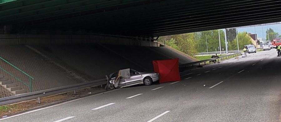 Policja i prokuratura wyjaśniają okoliczności tragicznego wypadku, do którego doszło dziś na węźle drogowym w Harbutowicach (woj. śląskie). W tym zdarzeniu zginęła 29-letnia kobieta.