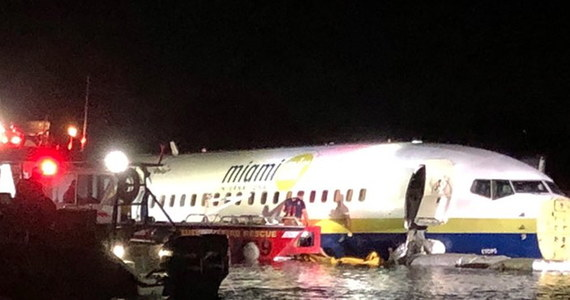 Samolot ze 136 pasażerami na pokładzie wpadł do rzeki