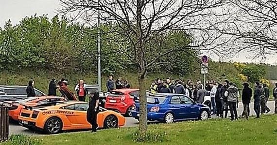 Niemiecka policja zatrzymała 120 kierowców sportowych samochodów biorących udział w Eurorally, rajdzie po Europie, którego trasa wiedzie z Oslo przez Kilonię, Szczecin do Pragi. Auta pędziły 250 km/h autostradą A20. Porsche, lamborghini, ferrari i audi zostały zatrzymane w Wismar.