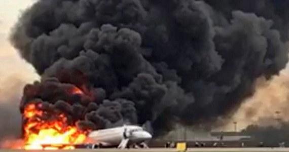 Nie wiadomo, co było przyczyną awaryjnego lądowania samolotu Suchoj Superjet 100 na moskiewskim lotnisku Szeremietiewo. Według służb, zginęło 41 osób. Stan kilku rannych jest ciężki. Wśród ofiar śmiertelnych jest dwoje dzieci. Pilot maszyny, która miała lecieć z Moskwy do Murmańska, poprosił o zgodę na lądowanie z powodu problemów technicznych. Stało się to krótko po starcie, czyli około godz. 18 czasu lokalnego w niedzielę (godz. 17 w Polsce).