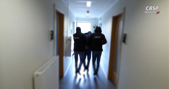 Funkcjonariusze radomskiego Centralnego Biura Śledczego Policji rozbili  grupę przestępczą, która kradła samochody na zachodzie Europy i nielegalnie rejestrowała w Polsce. W ręce policjantów wpadło w sumie 51 osób. Do tej pory udało się odzyskać 17 pojazdów wartych prawie 2,5 miliona złotych.