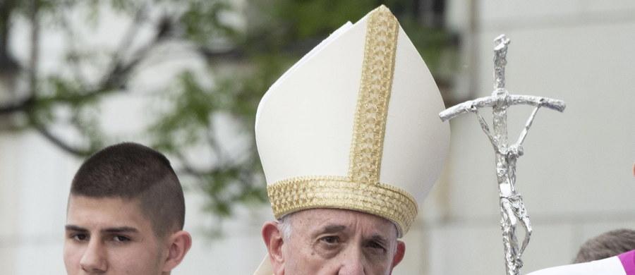 Papież Franciszek, który w niedzielę rano rozpoczął wizytę w Sofii, zaapelował do władz kraju o podejmowanie starań, by zatrzymać emigrację młodych ludzi i zapewnić im godne życie. Wzywał też, by nie zamykać oczu i serc wobec migrantów.