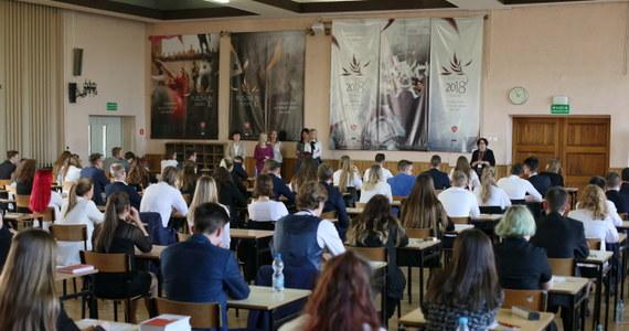 Maile o podłożonych ładunkach wybuchowych nieznani sprawcy przesłali w dniu matury z języka polskiego do 122 szkół. Wszystkie alarmy były fałszywe. Jednak w jednej szkole egzamin został przerwany, a 57 opóźniony.