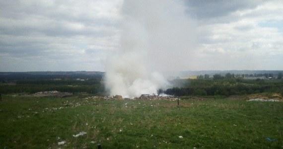 Pożar odpadów na terenie Zakładu Unieszkodliwiania Odpadów Komunalnych w Długoszynie niedaleko Sulęcina w Lubuskiem. Strażakom udało się opanować ogień, jednak akcja gaśnicza na składowisku może potrwać do wieczora. Z ogniem na miejscu walczy 12 zastępów strażaków.
