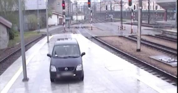 28 kwietnia na dworcu głównym w Krakowie doszło do niebezpiecznego zdarzenia – pijany kierowca wjechał na peron dworca kolejowego. Nierozważny rajd uchwyciły kamery monitoringu.