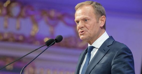 """""""Uniwersytety to przestrzeń publiczna, bez której żadna demokracja nie jest w stanie przetrwać; gorączka wokół słów jakie przed kilkoma dniami padły na UW przysłania istotę problemu; kluczowe jest pytanie o to, ile wolności jest na polskich uczelniach"""" - powiedział we wtorek szef RE Donald Tusk."""