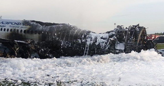 Media w Rosji opublikowały rozmowy pilota samolotu pasażerskiego SSJ-100 i kontrolerów lotów lotniska Szeremietiewo przed niedzielną katastrofą samolotu, w której zginęło 41 osób. Pilot mówi m.in. o piorunie, który uderzył w maszynę i o utracie łączności.