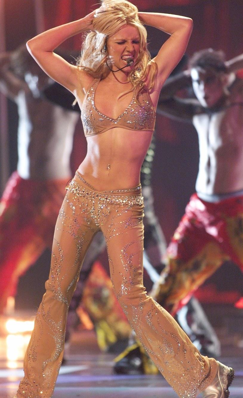 Problemy Britney Spears ciągną się bez końca. Zamiast skupić się nad powrotem do zdrowia i  wypoczywać w spokoju, za wokalistką ciągnie się sprawa ojcowskiej kurateli, przeciwko której fani zawiązali ruch #freebritney. Artystka odpowiedziała na nie zapewnieniami, że ma się dobrze, i że takie działania się niepotrzebne. Teraz matka wokalistki chce, aby obok ojca, także ona miała wpływ na to, co dzieje się z jej córką. Będzie się o to starać drogą sądową.