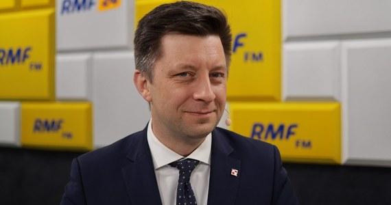 """""""Samorządy naprawdę mają więcej pieniędzy (…). To jak je będą wydawały, to już ich decyzja. Samorządy, które teraz podejmują temat potencjalnego braku środków, za czasów PO nic nie mówiły"""" - podkreśla Poranny gość RMF FM Michał Dworczyk szef kancelarii premiera, komentując straty w budżetach po wejściu w życie tzw. Piątki Kaczyńskiego."""