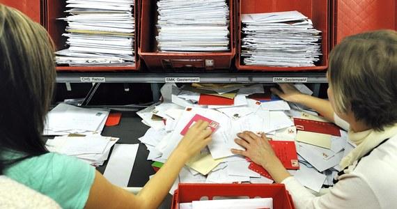 Holenderska poczta (PostNL) musi wypłacić zaległe wynagrodzenia polskim pracownikom pracującym w sortowniach paczek w Enschede. To kolejna wygrana Polaków przed holenderskim sądem w sprawie o nierówne wynagrodzenia. Wcześniej informowaliśmy o podobnej wygranej w Gaudzie.