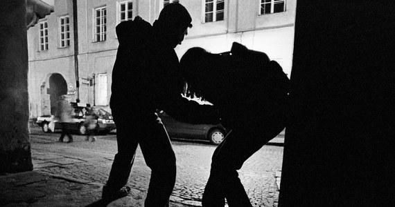 Napad na właściciela kantoru w Olkuszu. Policja poszukuje sprawców, którzy pobili mężczyznę i ukradli mu walizkę z pieniędzmi.