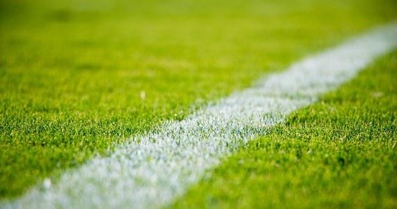 """Wiele, wiele lat temu grająca w ówczesnej II lidze piłki nożnej (nie było wtedy ekstraklasy) Garbarnia Kraków w świetnym stylu gromiła w rudzie jesiennej rywali i kończyła ją na jednym z czołowych miejsc w tabeli. Jej wierni kibice - wśród nich ja - byli przekonani, że w wiosennej fazie rozgrywek """"brązowi"""" utrzymają wysoką formę i łatwo awansują do I ligi. Niestety, od początku drugiej rundy klub z Ludwinowa zaczynał seryjnie tracić punkty, głównie w meczach z drużynami, które miały szansę wejścia do wyższej klasy, jak i z tymi broniącymi się przed spadkiem do niższej."""