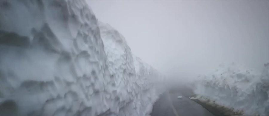 Zamiast wiosennej zieleni, mieszkańców Rumunii witają śnieżne zaspy. W całym kraju temperatury w ciągu dnia spadły do zaledwie kilku stopni Celsjusza, a w górskich rejonach kraju odnotowano intensywne opady śniegu. W jedną noc spadło nawet 30 centymetrów śniegu, a słupki rtęci pokazały -6 stopni Celsjusza. Na warunki pogodowe narzekają kierowcy, ale cieszą się turyści, bo mimo końca sezonu, pogoda w ośrodkach narciarskich przypomina tę z ferii zimowych. Synoptycy prognozują, że w tej części Europy niska temperatura i intensywne opady deszczu i śniegu mogą się utrzymać jeszcze nawet półtora tygodnia.