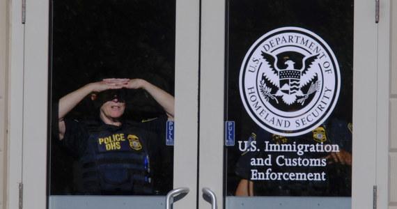 Mężczyzna z amerykańskiego Portland został skazany na cztery miesiące więzienia za próbę przekupienia urzędnika ds. imigracji, by deportowali jego żonę i jej dziecko.
