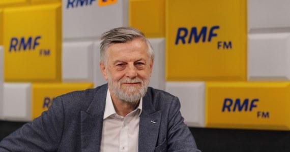 """""""Mam wrażenie, że mam do czynienia z sytuacją paradoksalną, bo zazwyczaj chodzi o to, żeby władza polityczna nie ingerowała w funkcjonowanie świata akademickiego, a w tym przypadku – być może – sam świat akademicki zaprosił styl konfrontacji politycznej do swojego wnętrza"""" – tak dr hab. Andrzej Zybertowicz skomentował w Porannej rozmowie w RMF FM decyzję Komisji do Spraw Stopni i Tytułów Naukowych o odmowie przyznania mu tytułu profesora. Dopytywany o to, czym mogła się kierować komisja przy podejmowaniu decyzji, odpowiedział: """"Nie znam motywów środowiska i działań zamkniętych, natomiast myślę, że to jest po prostu upadek standardów""""."""