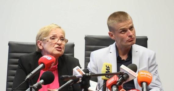 Teresa Klemeńska, matka Tomasza Komendy, który niesłusznie spędził w więzieniu 18 lat, udzieliła portalowi Onet wywiadu, w którym zdradziła z jakimi problemami boryka się jej rodzina po wyjściu syna z więzienia. Wyznała również, że w czasie, gdy Komenda odsiadywał wyrok, dwukrotnie próbowała targnąć się na swoje życie.