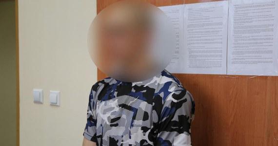 W areszcie spędzi najbliższe trzy miesiące mężczyzna, który kilka dni temu w Krakowie wystawił swą 1,5-roczną córkę przez okno jadącego autobusu. 28-latek usłyszał zarzut narażenia dziecka na bezpośrednie niebezpieczeństwo utraty życia lub zdrowia.