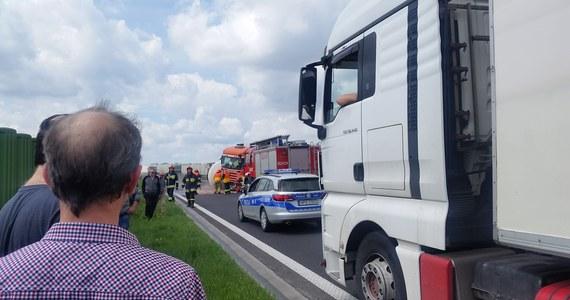 Po zderzeniu trzech samochodów zablokowana jest w piątek autostrada A4 w kierunku Krakowa. Utrudnienia na wysokości Tarnowa mogą potrwać kilka godzin. Jak podaje GDDKiA ruch w stronę Krakowa jest kierowany przez Tarnów na drogę krajową 94.